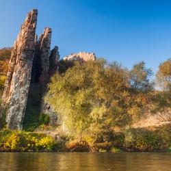 Rocas Ritlite inclinadas en parque nacional Balcanes Centrales