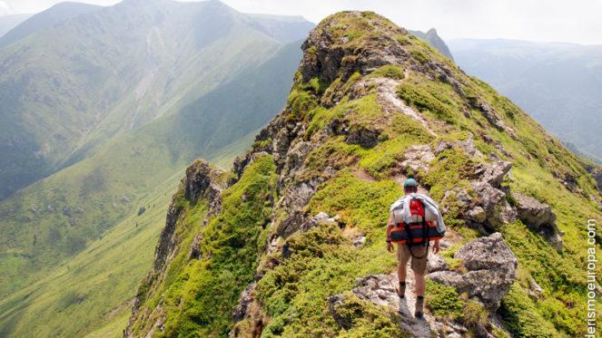 Senderista en cima de montaña de Rila