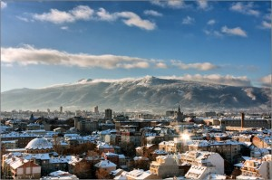 la capital de Bulgaria Sofía con horizonte montañoso
